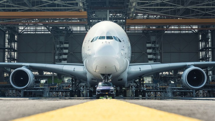 Фото №1 - Porsche Cayenne буксирует Airbus A380