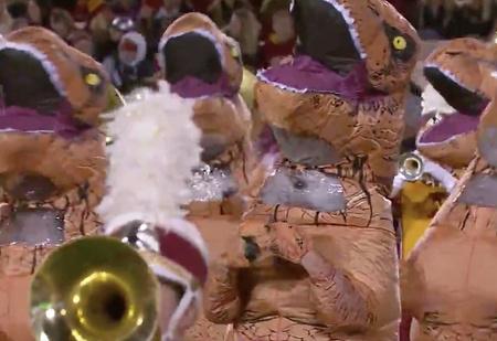 Десятки тиранозавров танцуют на стадионе в честь двадцатипятилетия «Парка юрского периода» (видео)