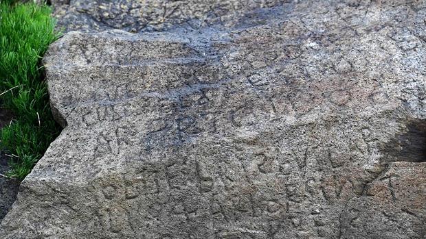 Фото №2 - Французские власти пообещали 2000 евро тому, кто расшифрует вот эту загадочную надпись