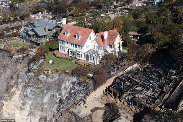 Фото №4 - Калифорнийские пожары сожгли дома звезд, но оставили невредимым особняк Энтони Хопкинса