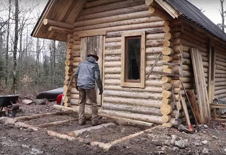 Как построить дом в лесу без бензопилы и перфоратора (ВИДЕО)