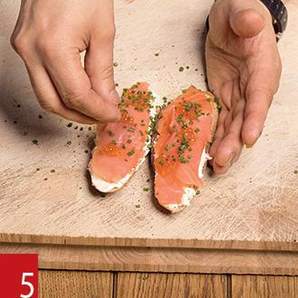 Брускетта с копченым лососем