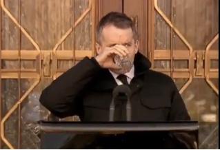 Канадский министр попытался напиться воды на морозе, но оконфузился. Зато полюбился Интернету (видео)