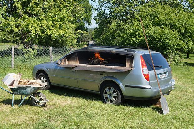 Фото №1 - Смачный лайфхак: как превратить старый автомобиль в печь (и варить в ней борщ)