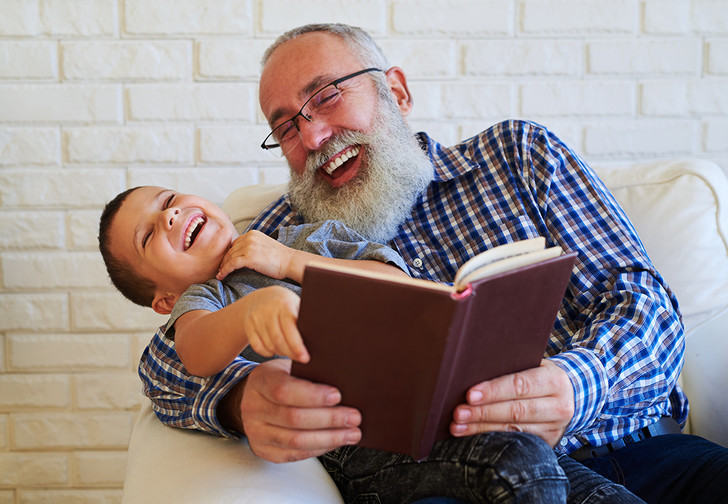 Фото №1 - Ученые нашли зависимость успешности сына от возраста отца