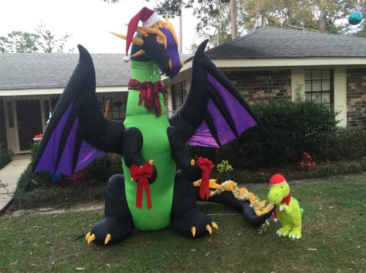 Фото №1 - Твит дня: писательница украсила двор к Рождеству надувными драконами, и соседи заподозрили её в оккультизме