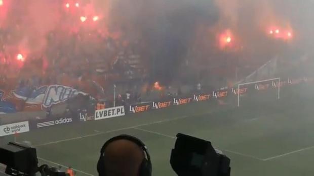 Фото №1 - Польские болельщики случайно сожгли собственный баннер «Мы никогда не сгорим»
