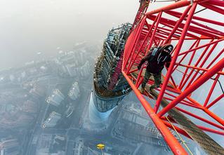 Экстремал, взобравшийся на 650-метровый небоскреб в Шанхае, раскрыл свои профессиональные секреты