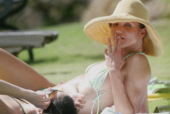 Фото №4 - Красавицы и сигареты. Звезды женского пола, которых никто не заподозрил бы в курении