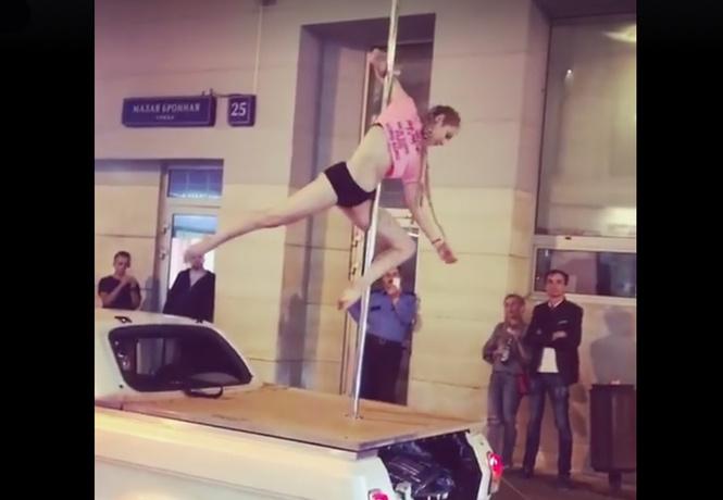 Девушка станцевала на шесте в центре Москвы!