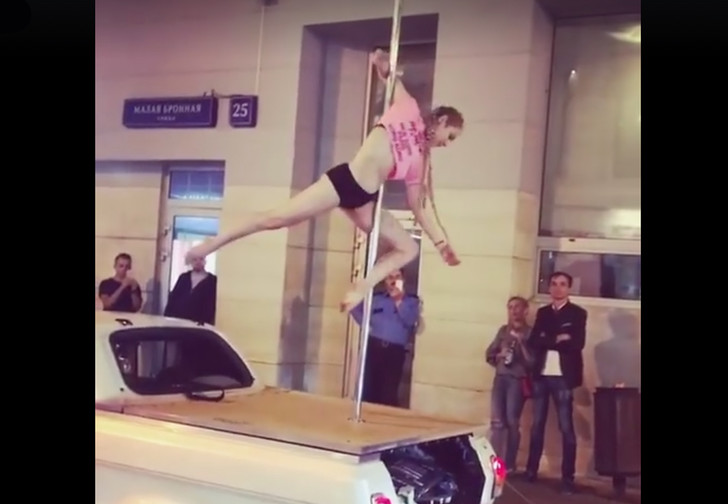 Фото №1 - Девушка станцевала на шесте в центре Москвы!