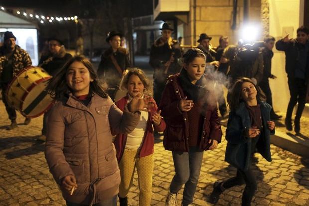 Фото №2 - Португальским детям разрешают курить раз в году. История одной из самых странных христианских традиций