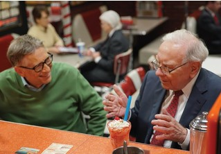 Два человека с суммарным состоянием в бюджет небольшой страны обсуждают сладости (ВИДЕО)