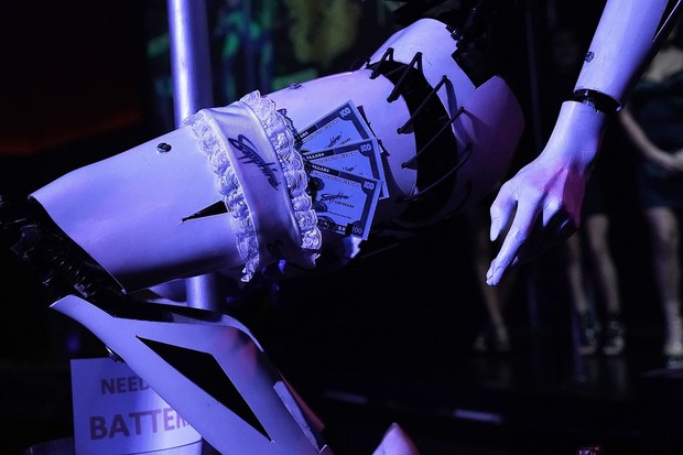 Фото №2 - Роботы-стриптизерши танцуют у шеста! (футуристическое ВИДЕО)