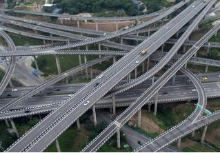 Китайцы построили самую безумную в мире дорожную развязку (видео)