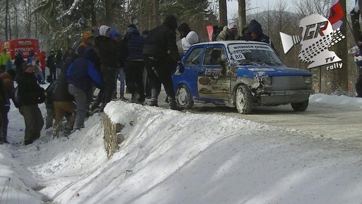 Фото №1 - Машина на ралли упала в канаву. Хорошо, что болельщики начеку (ВИДЕО)