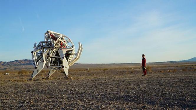 Фото №2 - Миру показан первый пятиметровый робот для скачек!