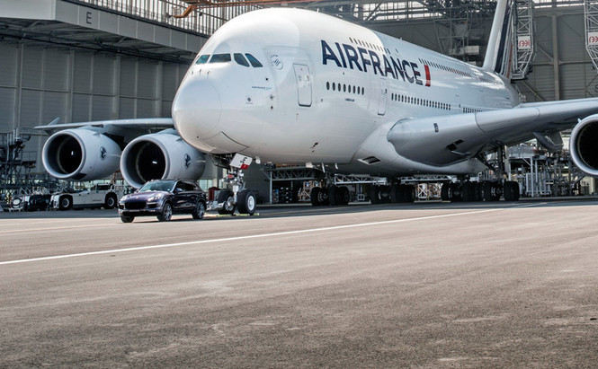 Porsche Cayenne буксирует Airbus A380