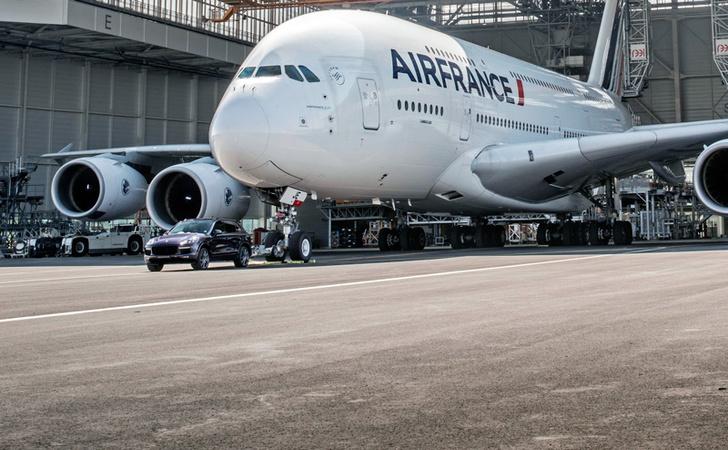 Фото №2 - Porsche Cayenne буксирует Airbus A380