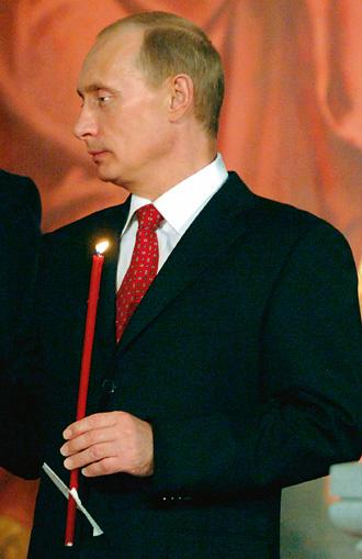 Путин держит свечку