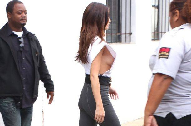 Фото №2 - Селена Гомес случайно оголила грудь на публике (фото)