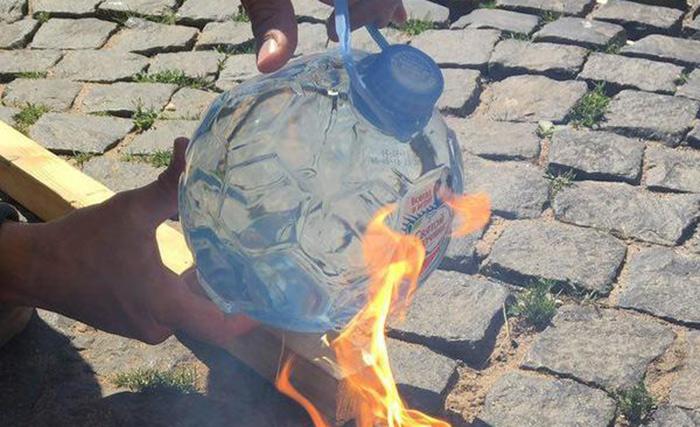 Фото №1 - Новые бутылки «Святой источник» к ЧМ-2018 оказались пожароопасными! (ВИДЕО)