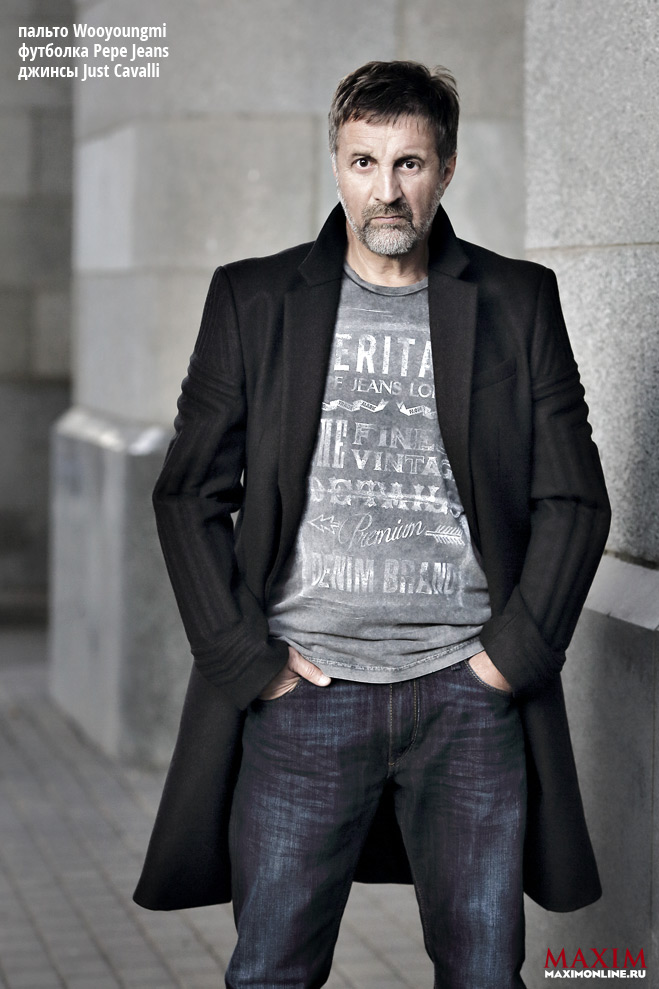 Леонид Ярмольник в пальто Wooyoungmi, футболке Pepe Jeans, джинсах Just Cavalli