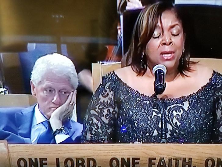 Фото №2 - В Сети подняли на смех Билла Клинтона, заглядевшегося на Ариану Гранде в коротком платье (видео)
