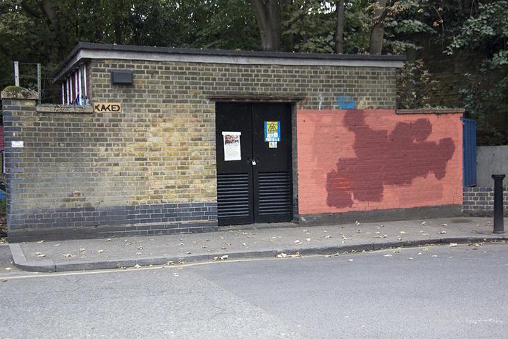 Фото №6 - Красное на черном: Как уличный художник троллил коммунальщиков