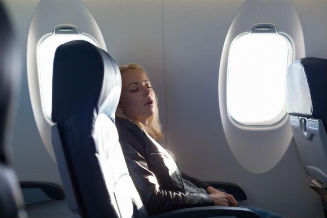 Фото №1 - 7 советов, которые помогут заснуть в самолете