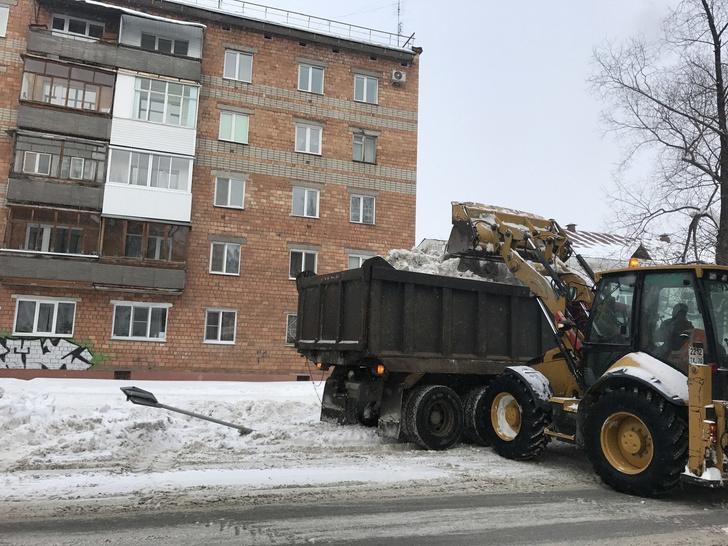 Фото №1 - Лайфхак в действии: власти продолжают убирать сугробы имени Навального, причем вместе с дорожными знаками