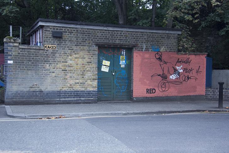 Фото №3 - Красное на черном: Как уличный художник троллил коммунальщиков