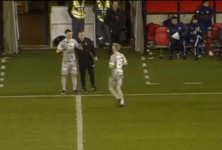 Фото №1 - Футболист получил травму, выходя на замену (трагикомичное видео)