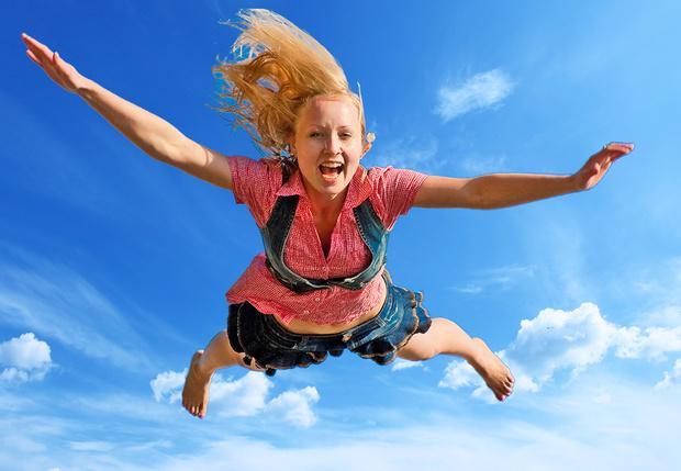 Фото №1 - Девушка упала с 80-метровой скалы и выжила! Но как?!