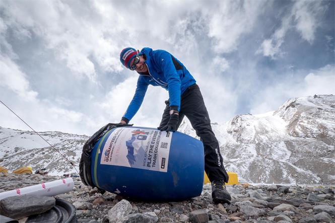 Фото №2 - Люди так загадили Эверест, что теперь его пытаются разгадить