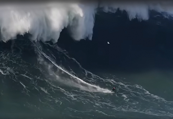 Фото №1 - В Португалии серфер оседлал 30-метровую волну (видео)