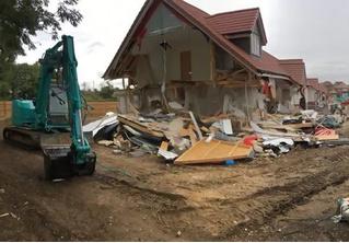 В Англии обиженный строитель разрушил несколько недавно построенных домов