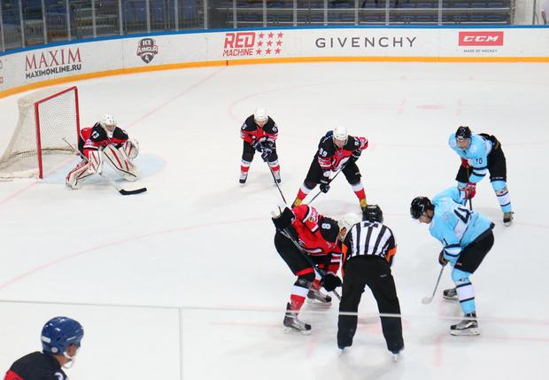 Фото №1 - Песнь льда и клюшек: в Москве прошел IX хоккейный турнир на кубок MAXIM