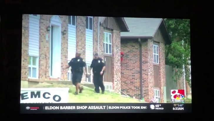 Фото №1 - Американские полицейские ищут грабителя в красной толстовке (ВИДЕО)