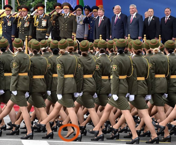 Фото №2 - На параде в Белоруссии девушка потеряла туфлю, но героически продолжала держаться в строю!