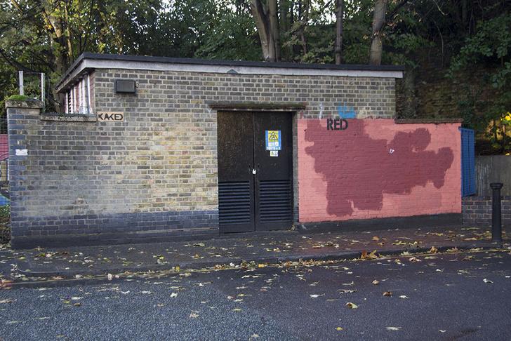 Фото №13 - Красное на черном: Как уличный художник троллил коммунальщиков