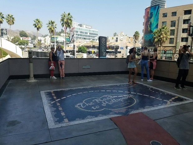 Фото №2 - После скандала с Вайнштейном из памятника «Дорога в Голливуд» убрали кушетку