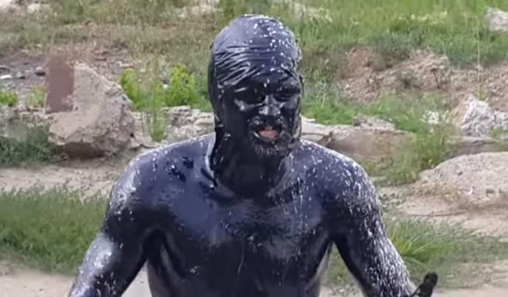 Фото №1 - Сумасшедший русский прыгает в бассейн с мазутом! ВИДЕО, ставшее вирусным у диких иностранцев