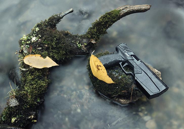 Фото №1 - Реклама пистолета со встроенным глушителем в стиле кровавого шутера! (Видео)