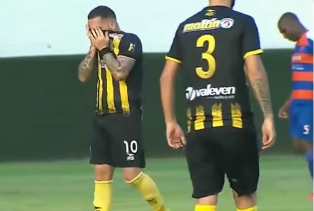 Фото №1 - Бразильский сериал в венесуэльском футболе: душераздирающий случай с голом (видео)