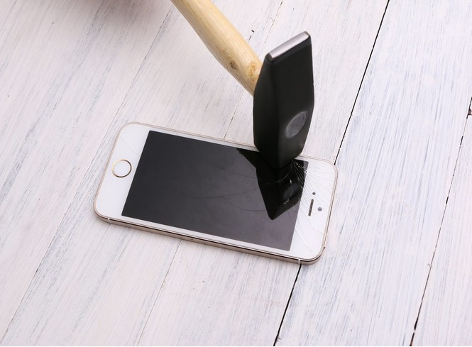 Айфон и треснутый экран