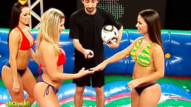 Фото №1 - Что может быть лучше обычного футбола? Мыльный футбол! (ВИДЕО)