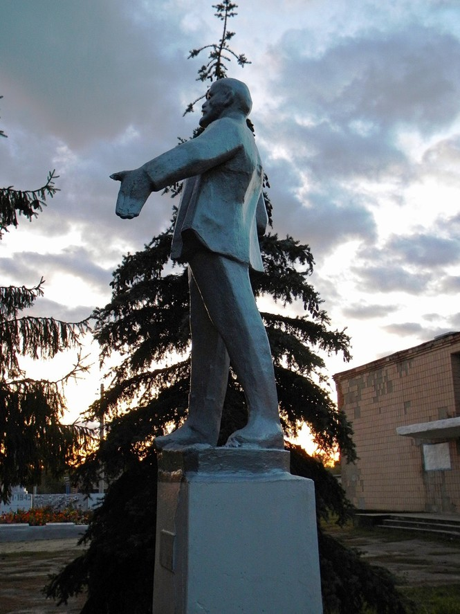Самые дурацкие памятники Ленину
