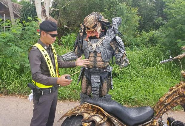 Фото №1 - Таиландская полиция остановила Хищника на мотоцикле (ВИДЕО)
