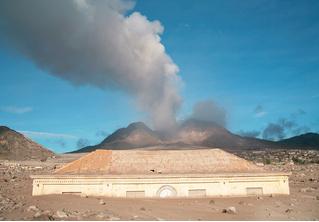 История одной фотографии: здание суда, погребенное под вулканическим пеплом, Плимут, 2006 год